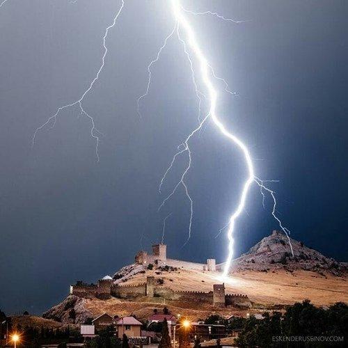 Молния в Генуэзской крепости
