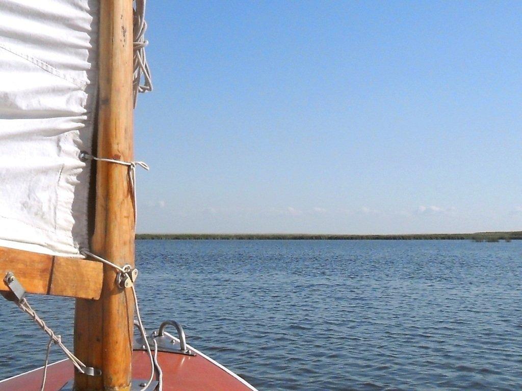 На косе Ачуевской, в каналах и лиманах, с парусом, август... 012. 010