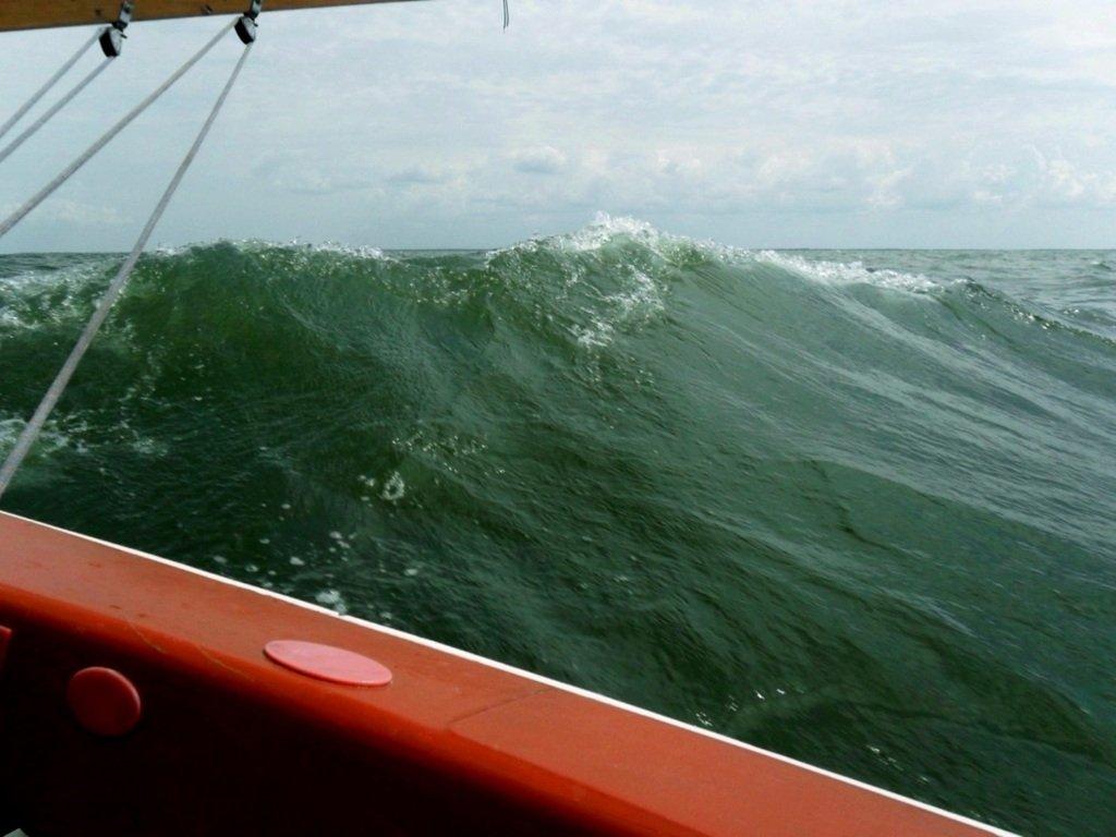 На яхте, в море, волна и ветер, с парусом... 020. 009