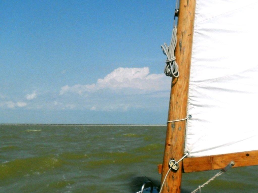 У Ясенской косы, в проливе Бейсугском, на Ясенской Переправе, с яхтой... 021. 001