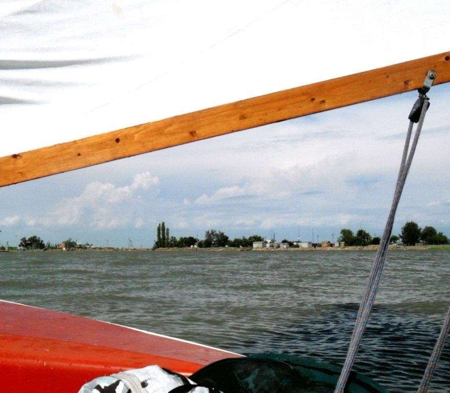 У Ясенской косы, в проливе Бейсугском, на Ясенской Переправе, с яхтой... 021. 009