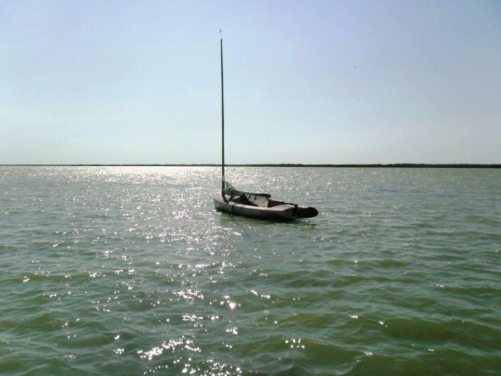 У Ясенской косы, в проливе Бейсугском, на Ясенской Переправе, с яхтой... 021. 003