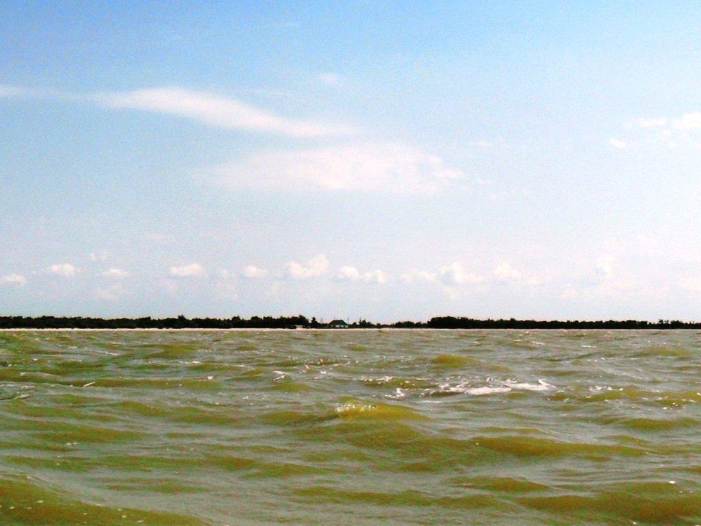 У Ясенской косы, в проливе Бейсугском, на Ясенской Переправе, с яхтой... 021. 002