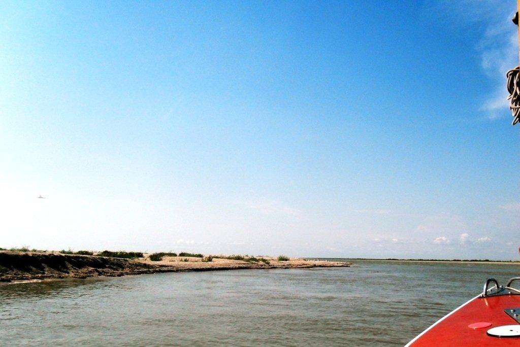 У Ясенской косы, в проливе Бейсугском, на Ясенской Переправе, с яхтой... 021. 012