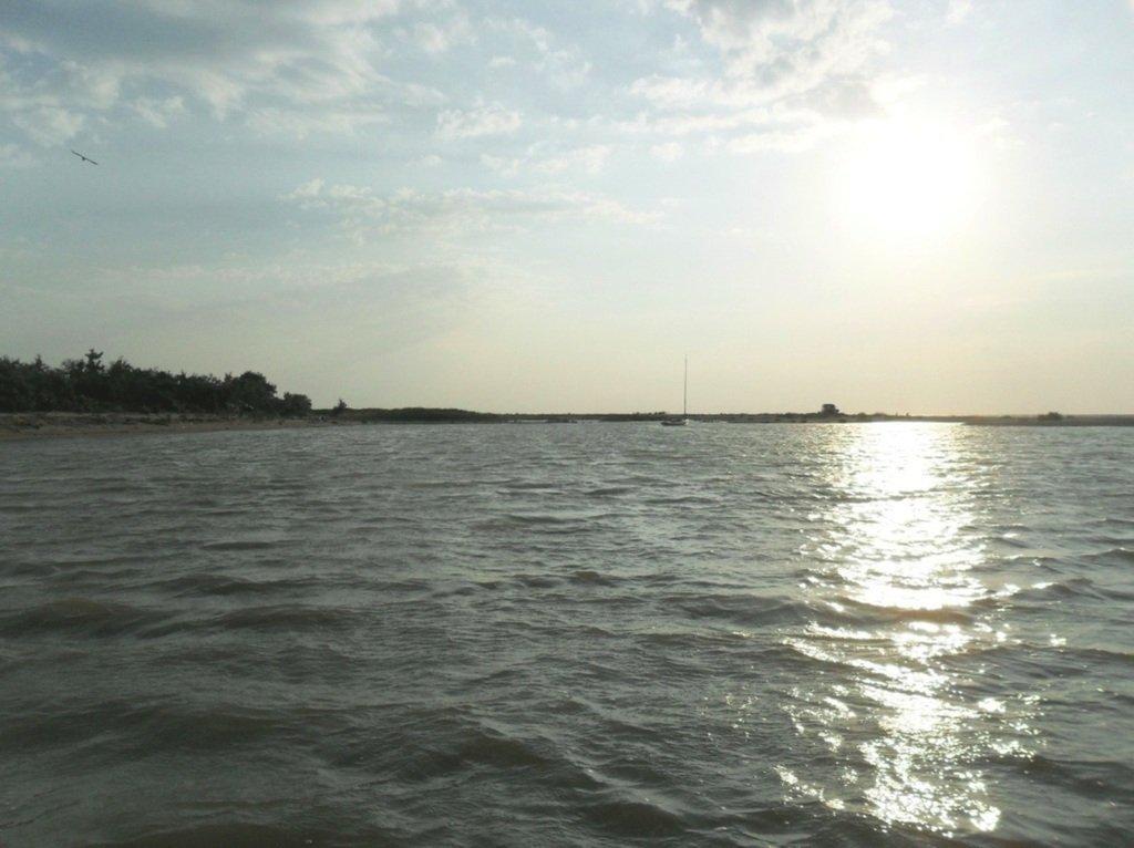 У моря, на Ясенской косе, в яхтенном походе, август... 023. 011