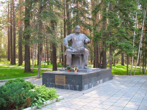 Памятник академику Е.Н. Мешалкину.