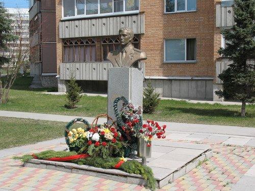 Памятник Герою Советского Союза А.И. Демакову.