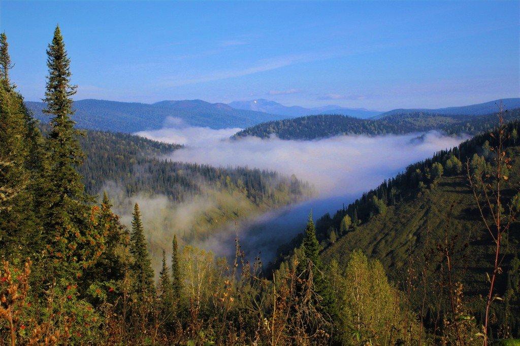 Сползает туман по долине