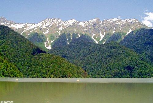 Горы и озеро Рица