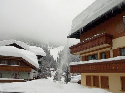 Заснеженный городок в Альпах