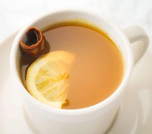 Имбирный чай с куркумой и корицей.