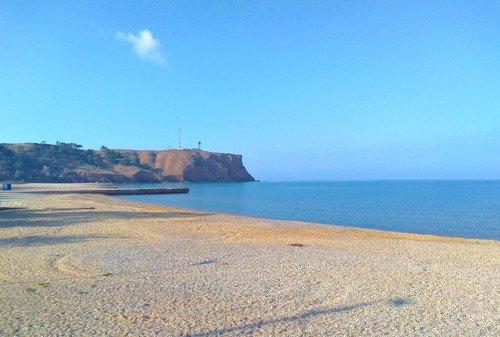 Пустынный берег моря..