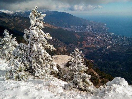 В горах Крыма выпал первый снег.