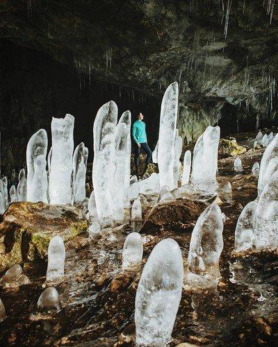 Ледяные сталагмиты в крымских пещерах.