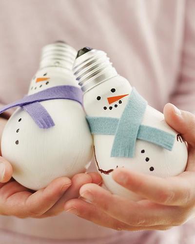 Снеговики из лампочек)