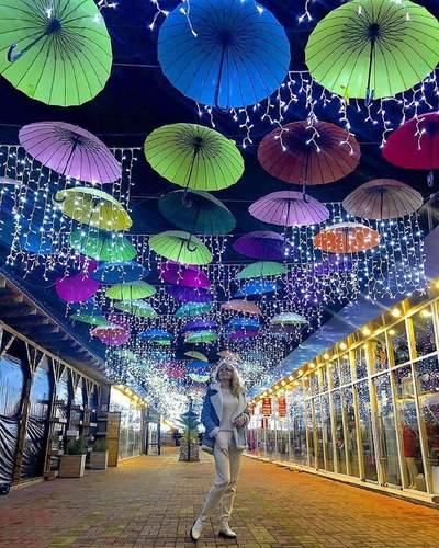 Аллея новогодних зонтиков в Адлере.