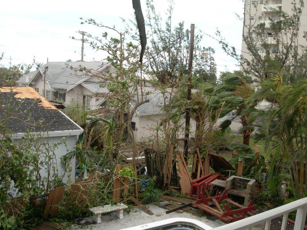 Двор во Флориде после урагана
