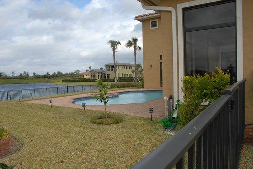 Дворик во Флориде с видом на пруд