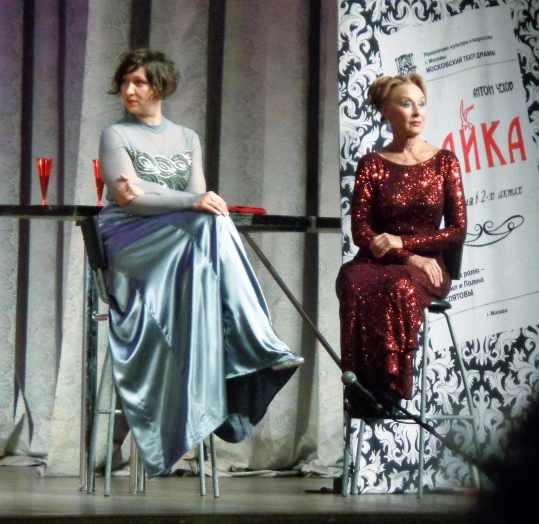 """Лариса Удовиченко и Олеся Железняк в спектакле """"Женитесь на мне """""""