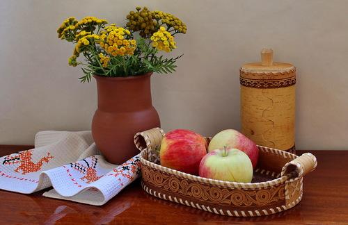 композиция с букетом пижмы и яблоками