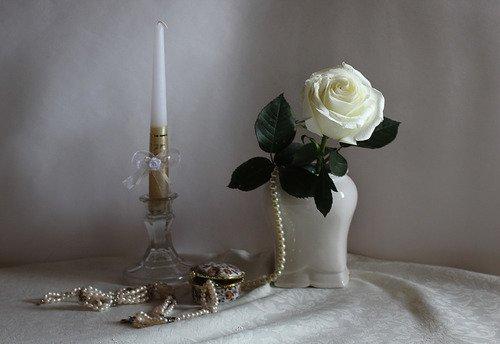 композиция с белой розой и свечой