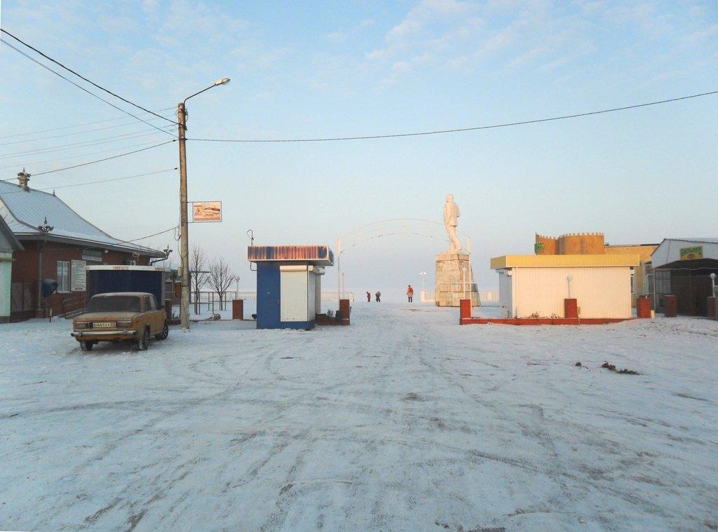 Перед выходом на лёд, туристы в походе... Город в снегу, февраль... 001. 001. 006
