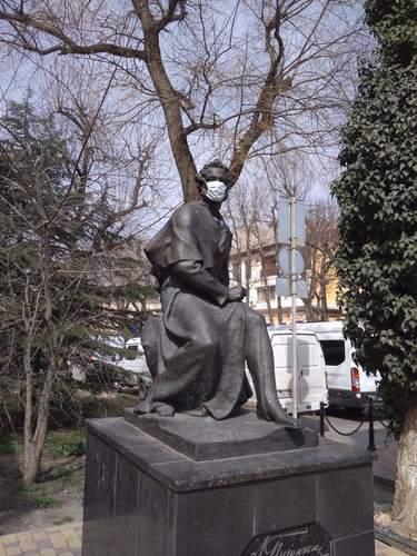 Памятник Пушкину в Симферополе тоже на карантине.