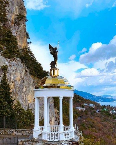 Ротонда со скульптурой Архистратига Михаила.