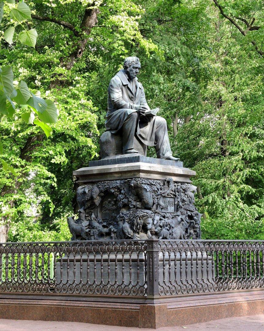 картинка памятника крылову в петербурге