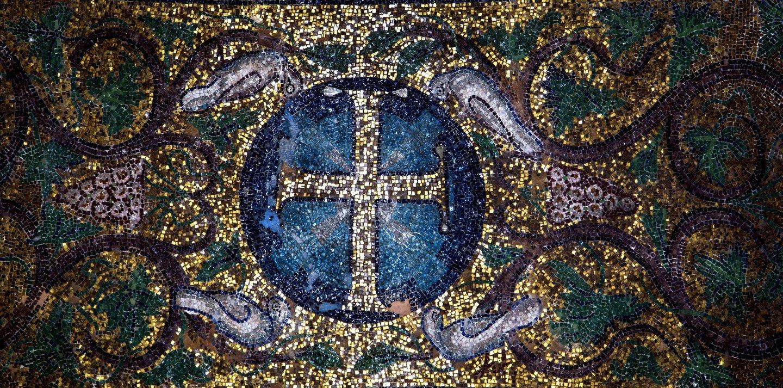 Святой Крест. Мозаика церкви Панагии Ахиропиитос в Салониках, Греция.