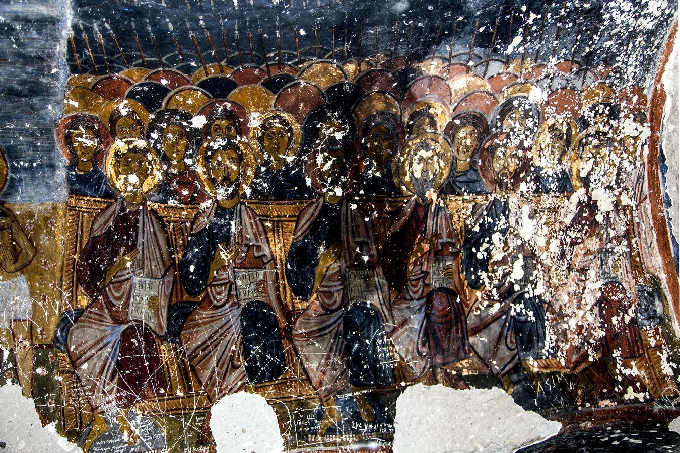 """Ангелы Господни и Апостолы (фрагмент композиции """"Страшный Суд""""). Фреска церкви Йиланлы килисе в Соганлы, Каппадокия. Вторая половина XI века."""