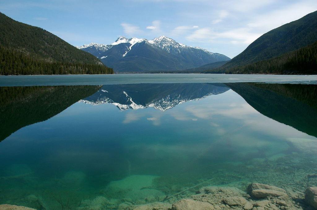 Канадское озеро White Swan Lake