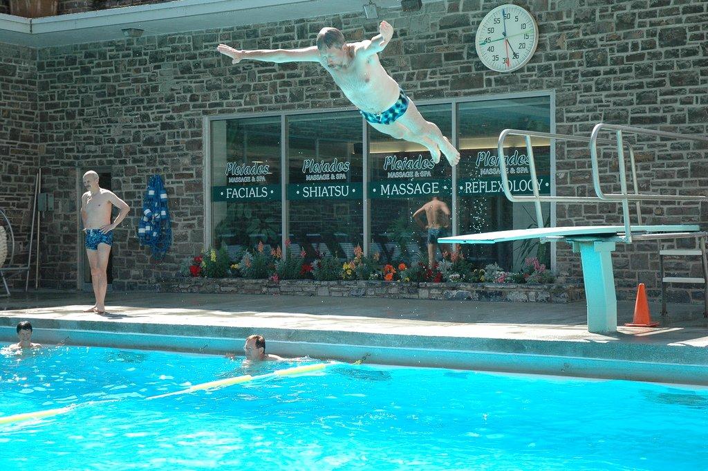 Радоновые ванны в Скалистых горах Канады. Национальный парк Банфф. прыгает, трамплина, отдыхают, ктото, купаются, открытым, небом, одном, активно, другом, млеют, постепенно, молодеют, сидят, только, бассейне, намного, горячей, бассейна, месте