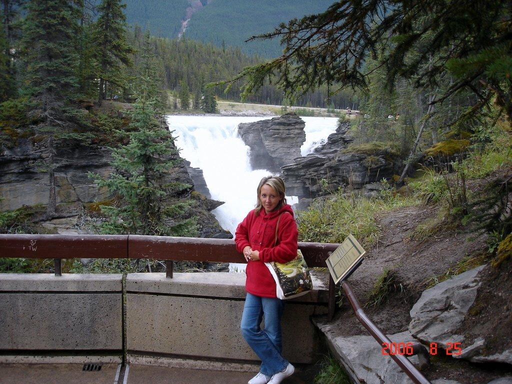 У грохочущего водопада Атабаска в Канаде.