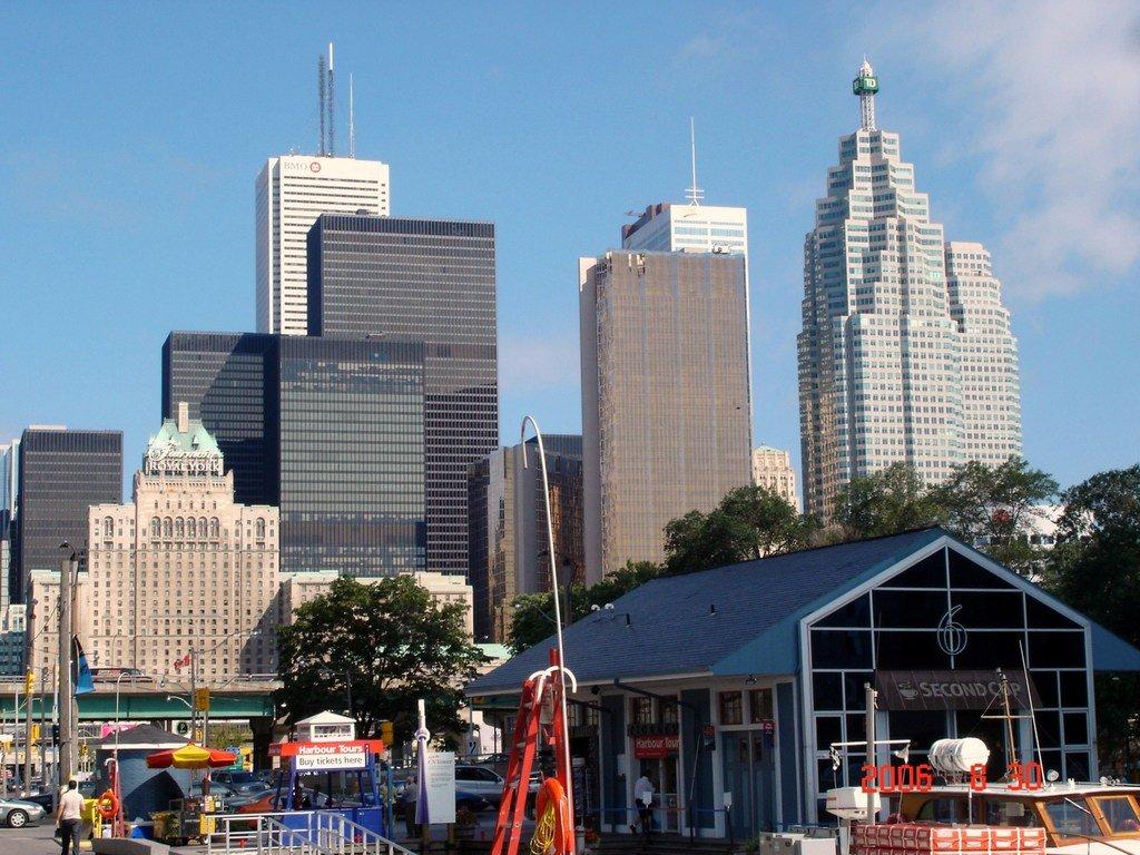 Торонто. Стекло и бетон. И английская королева.