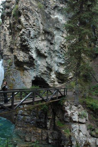 Мостик через каньон Джонстон в Скалистых горах Канады
