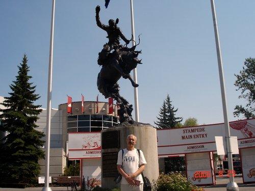 А этот памятник - быку! Ковбой с ним бьётся наскаку!