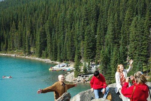 На краешке высокой скалы над озером Морейн в Канаде