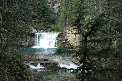 Таёжный водопад в Скалистых горах Канады