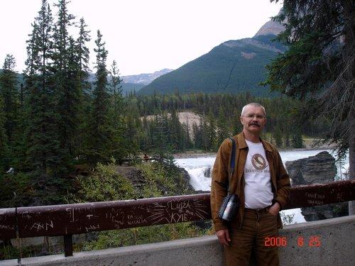 У грохочущего водопада Атабаска в Канаде