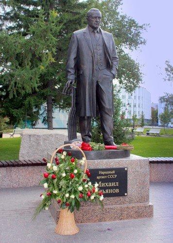 Памятник Михаилу Ульянову в Омске.