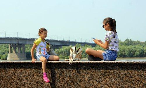 Фотографируются на фоне Иртыша...