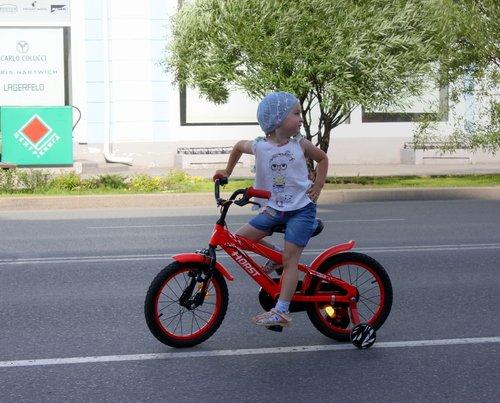 Девчушка-велосипедистка!
