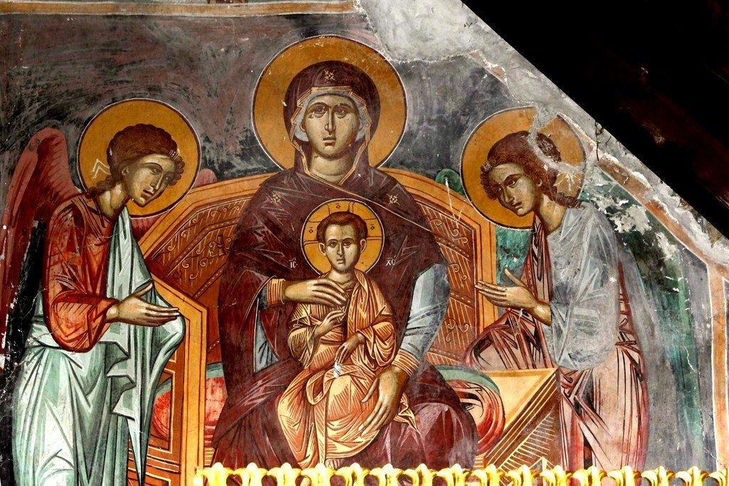 Пресвятая Богородица с Младенцем и предстоящими Архангелами. Фреска церкви Панагии Хрисокурдальотиссы в Курдали, Кипр.