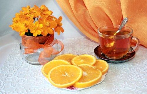 Чай с лимоном и космеями.