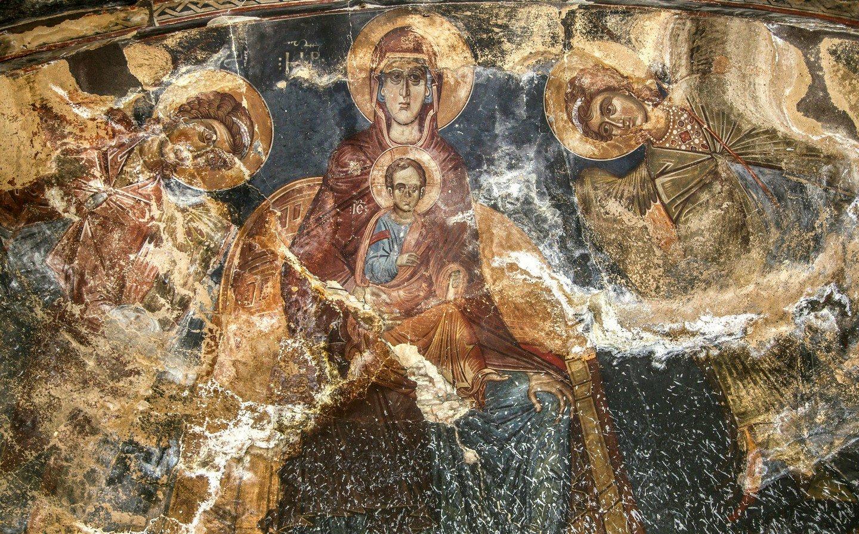 Пресвятая Богородица с Младенцем и предстоящими Архангелами Михаилом и Гавриилом. Фреска монастыря Тири, Южная Осетия. XIV - XV век.