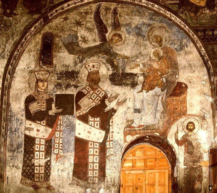 Святая Благоверная Царица Тамара Великая и её отец, царь Георгий III, предстоящие Пресвятой Богородице. Фреска пещерного монастыря Вардзиа (Вардзия), Грузия. До 1185 года.
