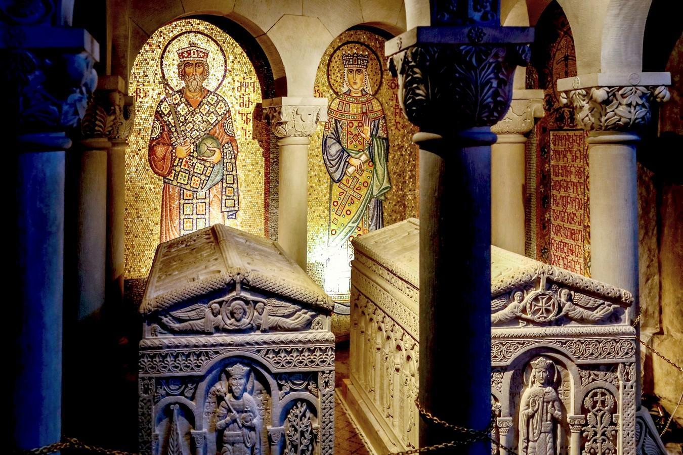 Гробницы Святых Равноапостольных царя Мириана и царицы Наны. Монастырь Самтавро, Мцхета, Грузия.