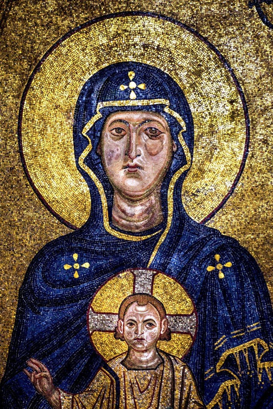 Богоматерь Никопея с предстоящими Архангелами Михаилом и Гавриилом. Мозаика собора Рождества Пресвятой Богородицы в монастыре Гелати, Грузия. Около 1130 года. Фрагмент.