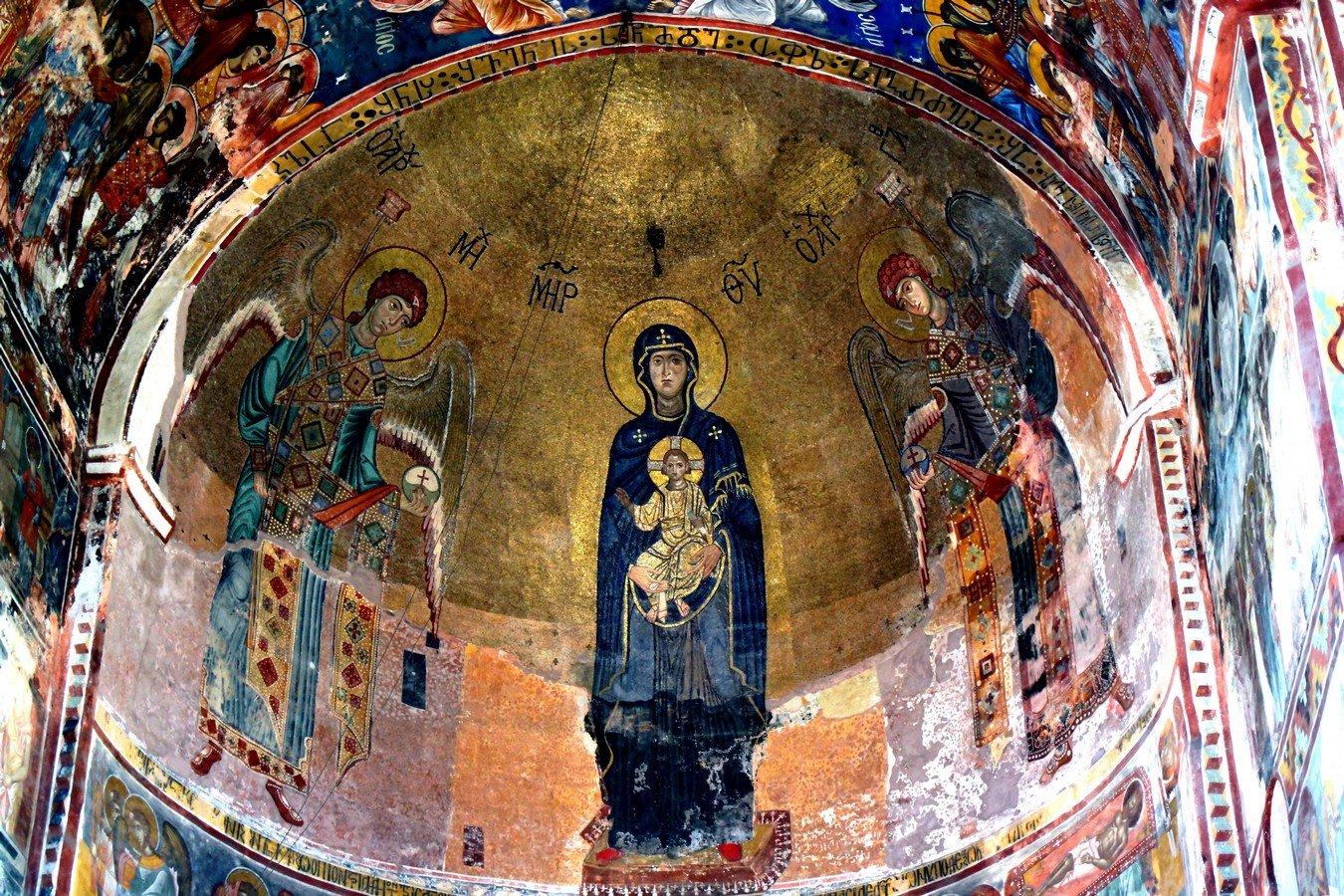 Богоматерь Никопея с предстоящими Архангелами Михаилом и Гавриилом. Мозаика собора Рождества Пресвятой Богородицы в монастыре Гелати, Грузия. Около 1130 года.
